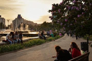 Bukarest  Rumaenien  Menschen am Abend am Platz der Einheit
