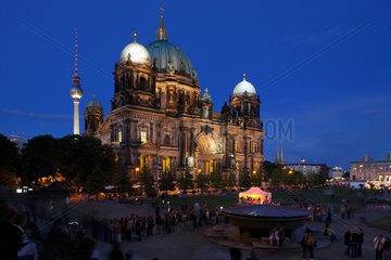 Berlin  Deutschland  Berliner Dom  davor Besucher im Lustgarten