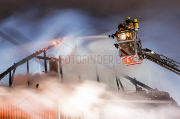 Berlin  Deutschland  Loescharbeiten der Feuerwehr bei einem Dachstuhlbrand