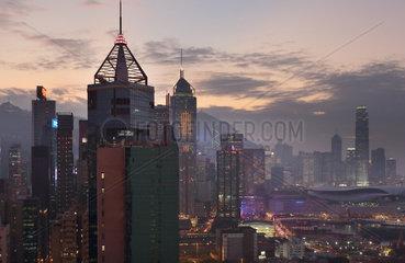 Hong Kong  China  Blick auf Hong Kong Island bei Daemmerung