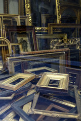 Florenz  Italien  leere Bilderrahmen in einem Antiquitaetengeschaeft