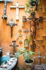 San Miguel de Allende  Mexiko  eine Wand voller Kreuze und Engel