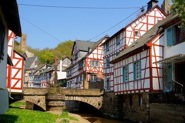 Monreal in der Eifel mit mittlerer Bruecke und Loewendenkmal