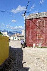 Rezanci  Kroatien  ein Mann steht an einer Hausecke