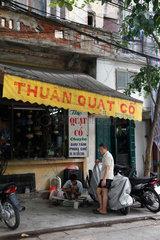 Hanoi  Vietnam  Maenner vor einem Geschaeft