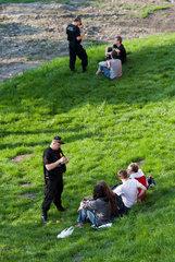Krakau  Polen  Polizisten verteilen Strafzettel wegen Alkoholgenuss in der Oeffentlichkeit