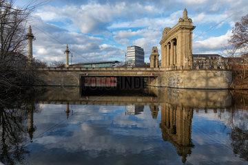 Berlin  Deutschland  Charlottenburger Tor mit Charlottenburger Bruecke ueber dem Landwehrkanal