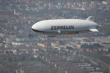 Muenchen  Deutschland  ein Zeppelin ueber Muenchen