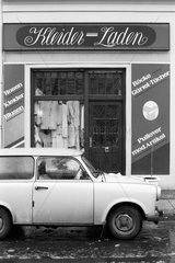Berlin  Deutschland  Trabant vor einem Kleider-Laden
