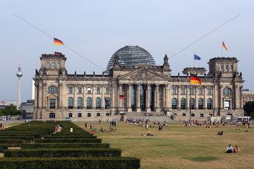 Berlin  Deutschland  Blick auf das Reichstagsgebaeude und den Fernsehturm