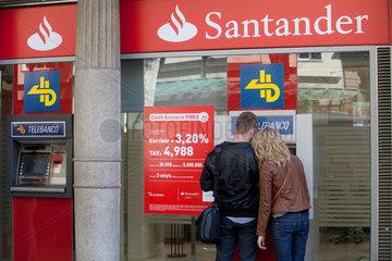 Barcelona  Spanien  Menschen am Geldautomaten der Filiale der Banco Santander