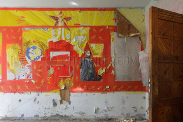 Gross Doelln  Deutschland  marodes Wandbild mit Leninportraet und roter Stern