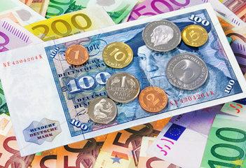 D-Mark und Euroscheine  Symbolfoto Rueckkehr der Mark