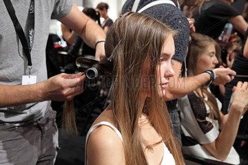 Berlin  Deutschland  Haarstyling der Models auf der Fashion Week