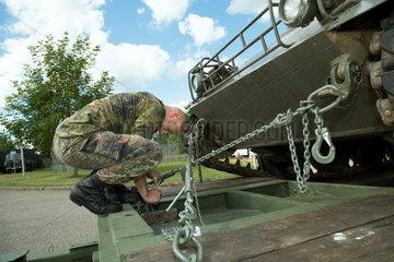 Muellheim  Deutschland  ein Schuetzenpanzer wird in der Robert-Schuhmann-Kaserne transportfertig gemacht