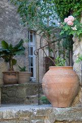 Bonnieux  Frankreich  ein idyllischer Innenhof in der Altstadt