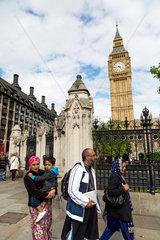 London  Grossbritannien  Passanten im Stadtteil Westminster und Big Ben