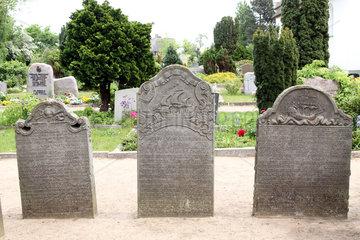 Insel Amrum  Nebel  Deutschland  Grabsteine auf dem Friedhof der Kirche St. Clemens