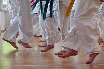 Berlin  Deutschland  Beine von Menschen bei einem Taekwondo-Kurs