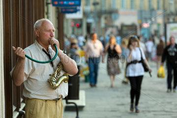 Lemberg  Polen  Saxophon-Spieler macht Musik mit einem Gartenschlauch