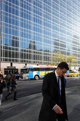 New York  USA  Geschaeftsmann und Spiegelungen in einer Glasfassade in Manhattan