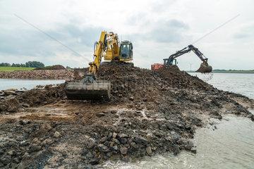 Bremen  Deutschland  Renaturierungsmassnahme im Rahmen von Deicherhoehungen
