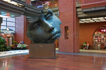 Posen  Polen  Skulptur von Igor Mitoraj im Einkaufzentrum Stary Browar