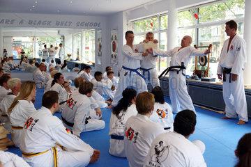Berlin  Deutschland  Mann absolviert beim Taekwondo-Kurs einen Bruchtest
