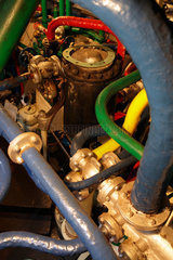 Hamburg  Deutschland  farbige Rohre der Dampfmaschine im Machinenraum