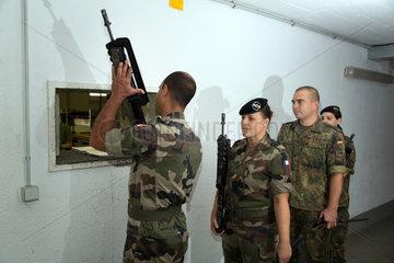 Muellheim  Deutschland  Soldaten geben die Gewehre in der Robert-Schuhmann-Kaserne ab