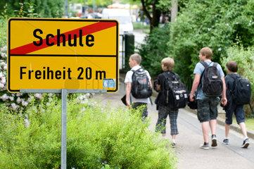 Dresden  Deutschland  Schueler verlassen das Schulgelaende
