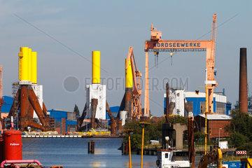 Emden  Deutschland  Blick auf die SIAG Nordseewerke mit Fundamenten fuer Offshore-Windkraftanlagen