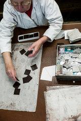 Berlin  Deutschland  Mitarbeiter der Erich Hamann Schokoladenmanufaktur in der Produktion