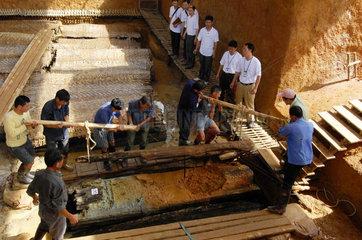 China  Archaeologie. Ein 2500 Jahre altes Grab wird ausgehoben