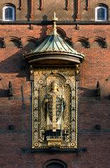 Kopenhagen  Daenemark  Skulptur des Erzbischofs Absalon von Lund am Kopenhagener Rathaus