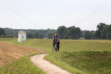 Dessau  Deutschland  Elbauenlandschaft mit Wallwachhaus auf dem Elbedeich
