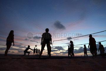 Cocoa Beach  USA  Silhouette  Menschen spielen Beachvolleyball am Abend