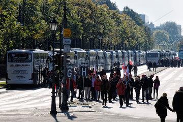 Berlin  Deutschland  Anreise der Demonstranten gegen TTIP