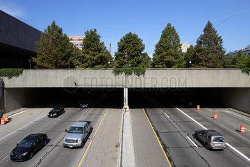 Washington  USA  mit Baeumen ueberwachsene Ueberfuehrung eines Highways in Washington DC