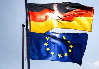 Berlin  Deutschland  Bundesflagge und Europaflagge wehen im Wind