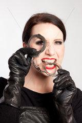 Berlin  Deutschland  Portraitaufnahme einer Domina mit Handschellen