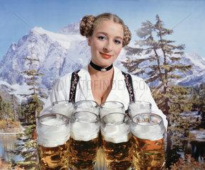 Hamburg  Deutschland  Frau im Dirndl mit Bierkruegen