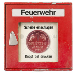 Feuermelder mit Markstueck  Symbol Rueckkehr zur D-Mark