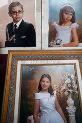 Sevilla  Spanien  Fotos von Kommunionskindern im Schaufenster eines Fotografen