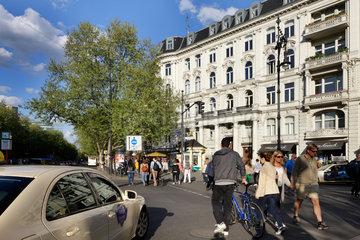 Berlin  Deutschland  Passanten am Kurfuerstendamm Ecke Uhlandstrasse