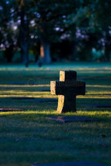 Menen  Belgien  Blick ueber den Deutschen Soldatenfriedhof Menen