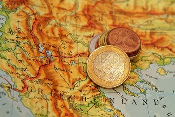 Stuttgart  Deutschland  Euromuenzen auf einer Griechenlandlandkarte