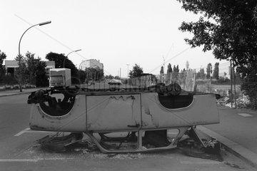 Berlin  Deutschland  zerstoerter Trabant wurde auf das Dach gekippt