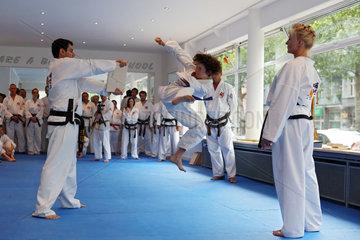 Berlin  Deutschland  Junge absolviert beim Taekwondo-Kurs einen Bruchtest