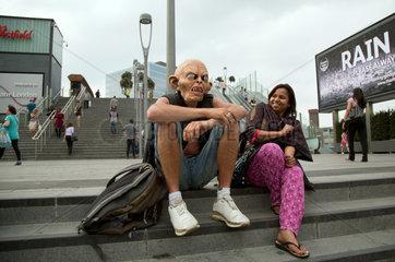 London  Grossbritannien  Mann mit Gollum-Maske sitzt in Stratford im Londoner East End